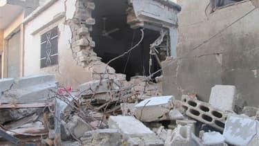 Dans le quartier Bab Amro, à Homs. Les forces de Bachar al Assad ont repris mardi pour une 10e journée consécutive leurs bombardements sur la ville syrienne de Homs, où agissent également des tireurs embusqués. /Photo prise le 13 février 2012/REUTERS