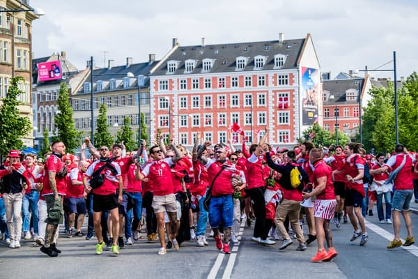 Des supporters du Danemark avant le match contre la Finlande samedi