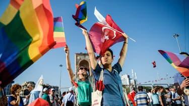 Des drapeaux gay flottent sur la place Taksim à Istanbul, le 24 juillet 2016