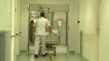 Un couloir de l'hôpital de Vienne, dans l'Isère.