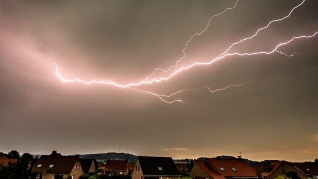 Une photo montre un éclair frappant la ville de Godewaersvelde, dans le nord de la France