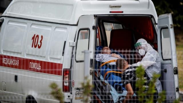 Des personnels soignants prennent en charge un homme à son arrivée à l'hôpital, à Kommunarka près de Moscou, le 30 juin 2021 (photo d'illustration)