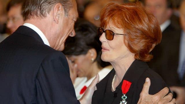 Le président Jacques Chirac remet le 12 mai 2003 la médaille de la Légion d'Honneur à Marion Sarraut