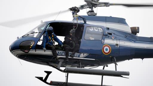 Deux hélicoptères de la gendarmerie nationale ont été dépéchés pour retrouver les éventuels survivants du crash (Photo d'illustration).