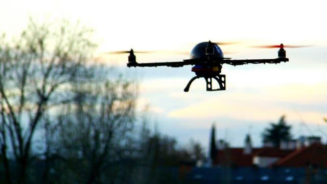 Drone au dessus de la campagne. (Illustration)