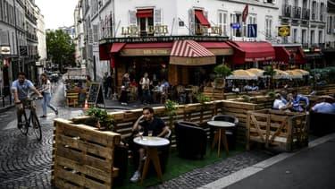 Terrasse de bar parisien, le 23 juillet 2020