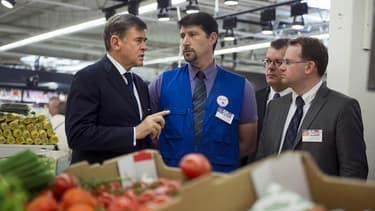 Georges Plassat, le PDG de Carrefour, en visite dans l'un des magasins de l'enseigne.
