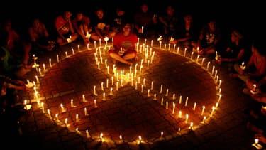 Des étudiants indonésiens participent à la journée mondiale de lutte contre le sida à Surabay le 30 novembre 2013.