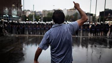 Un manifestant défie la police sur la place Taksim, le 4 juin 2013.
