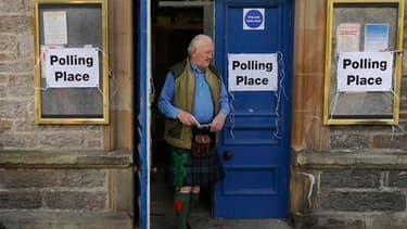 Bureau de vote à Pitlochry Town Hall, en Ecosse. Les Britanniques ont commencé à voter pour élire leurs 650 représentants à la chambre des Communes dans un scrutin législatif qui s'annonce comme le plus serré depuis 1992. /Photo prise le 6 mai 2010/REUTER