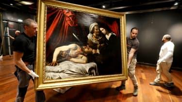 La toile attribuée au Caravage et représentant Judith décapitant Holopherne est exposée le 14 juin 2019 à l'hôtel Drouot à Paris en prévision de sa vente aux enchères le 27 juin à Toulouse
