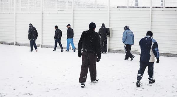 Ce jour de novembre 2010, quelques dizaines de personnes détenues tournent dans la cour de promenade blanchie par la neige.