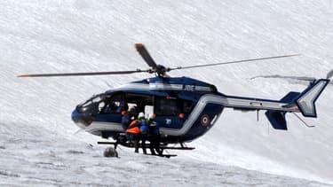 Un hélicoptère du peloton de gendarmerie de haute montagne (PGHM) évacuant des blessés dans les Alpes, en août 2012 (image d'illustration).