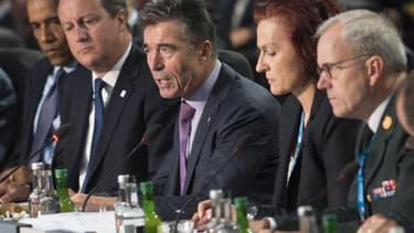 Le secrétaire général de l'Otan, Anders Fogh Rasmussen, entouré de Barack Obama et David Cameron, s'exprime au cours d'une réunion, au deuxième jour du sommet de l'Otan, le 5 septembre 2014.