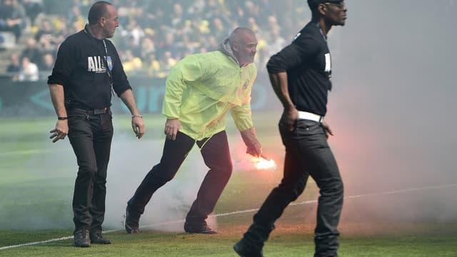 Quelques supporters du FC Nantes ont envoyé des fumigènes sur la pelouse de la Beaujoire contre Bordeaux.