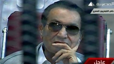 L'ex président égyptien Hosni Moubarak dans le box à l'ouverture de son procès, le 11 mai.