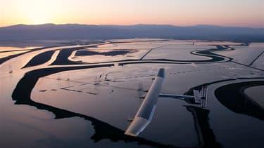 L'avion solaire expérimental Solar Impulse a atterri à Phoenix en Arizona samedi matin au terme de la première étape de son projet de traversée des Etats-Unis sans consommer la moindre goutte de carburant. /Photo prise le 3 mai 2013/REUTERS/Fred Merz/Sola