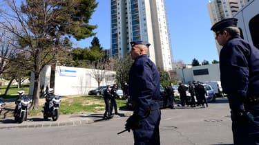 Des policiers lors d'un contrôle dans l'une des cités de Marseille, en 2013.