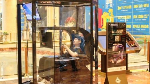 """Une """"cabine de sieste"""" pour époux allergiques au shopping dans un centre commercial de Shanghai, le 14 juillet 2017"""