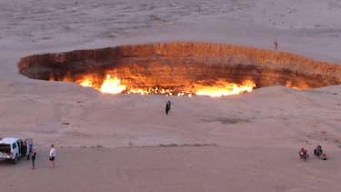 Les soviétiques ont mis le feu dans ce cratère après un incident de forage en 1971.