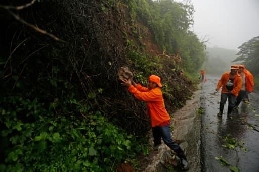 Des travailleurs évacuent les débris laissés par Nate sur les routes du Nicaragua, le 5 octobre 2017