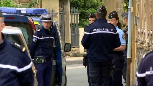 Une perquisition a été menée par les gendarmes au domicile de l'homme de 45 ans soupçonné d'avoir tué sa femme dans le Rhône.