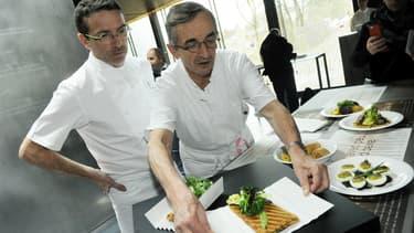 Michel Bras (à droite) avec son fils Sébastien dans son restaurant du musée Soulages à Rodez, en mars 2014.