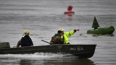 Les secours recherchent des rescapés du naufrage d'un bateau de tourisme sur le Danube jeudi 30 mai à Budapest.