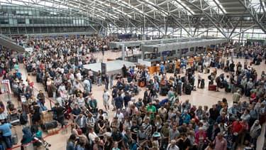 Des voyageurs attendant leur vol à l'aéroport de Hambourg, frappé ce 3 juin par une panne d'électricité.