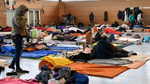 Des migrants kurdes et afghans s'apprêtent à dormir dans un gymnase de Grande-Synthe, près de Dunkerque, le 7 février 2018