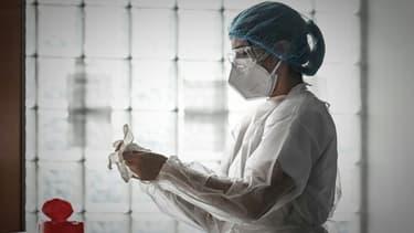 Une soignante au service des urgences de l'hôpital Robert Boulin, le 6 novembre 2020à Libourne, au nord de Bordeaux