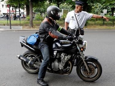 A Paris, le port du masque n'est plus obligatoire pour les motards portant un casque avec la visière fermée (photo d'illustration)