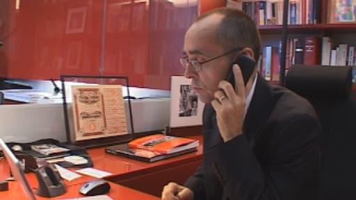 Robert Ménard en 2006, dans son bureau de RSF.