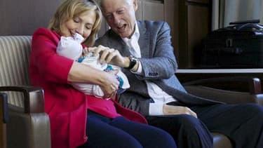 Hillary et Bill Clinton avec leur petite fille Charlotte, le 27 septembre 2014.