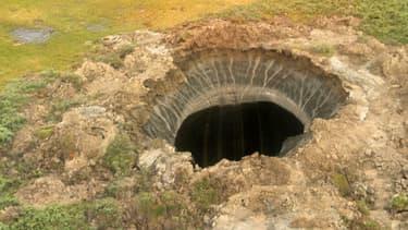Photo du premier cratère découvert dans la région de Yamal en Sibérie.