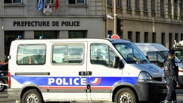 Un fourgon de police devant la préfecture de police de Paris, jeudi dernier. - BERTRAND GUAY / AFP