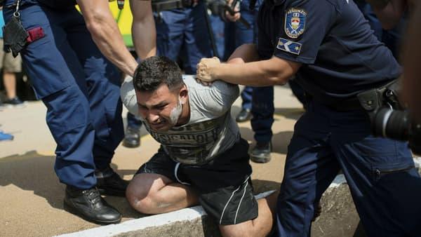 Un migrant est arrêté par la police jeudi 3 septembre, à Bicske, en Hongrie.