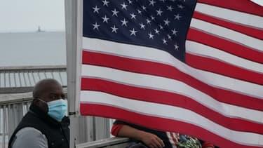 Un Américain portant un masque à Coney Island (New York)