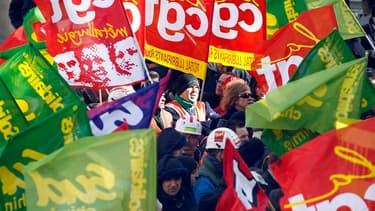 """Cinq syndicats français appellent à une journée d'actions mercredi contre les """"mesures d'austérité"""" dans le cadre d'une mobilisation européenne voulue par la Confédération syndicale européenne (CES), sur le thème """"trop, c'est trop !"""". /Photo d'archives/RE"""