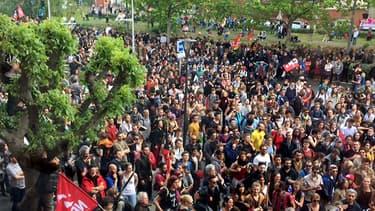 Les manifestants bloquant le boulevard de l'Embouchure à Toulouse devant l'hôtel de police.