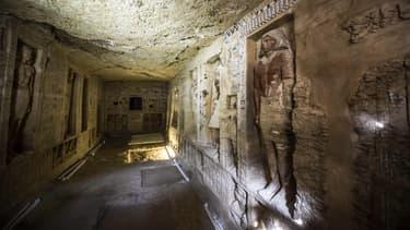 La tombe du prêtre date de plus de 4.400 ans, est composée de 18 niches et de 24 statues.