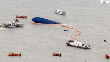 Plongeurs et garde-côtes s'activent autour de l'épave du navire à la recherche de survivants, le 17 avril.
