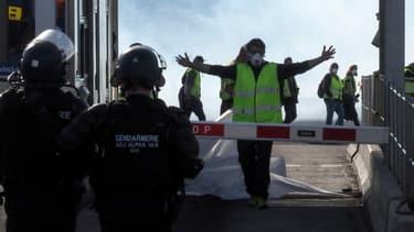 Les policiers face à un gilet jaune sur l'autoroute A9 au niveau du Boulou (Pyrénées-Orientales), le samedi 22 décembre.