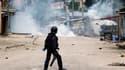 Policier anti-émeute face à des manifestants de l'opposition à Kinshasa. Des heurts entre militants de l'opposition et forces de sécurité ont éclaté samedi en République démocratique du Congo (RDC), faisant au moins un mort, au lendemain de l'annonce offi
