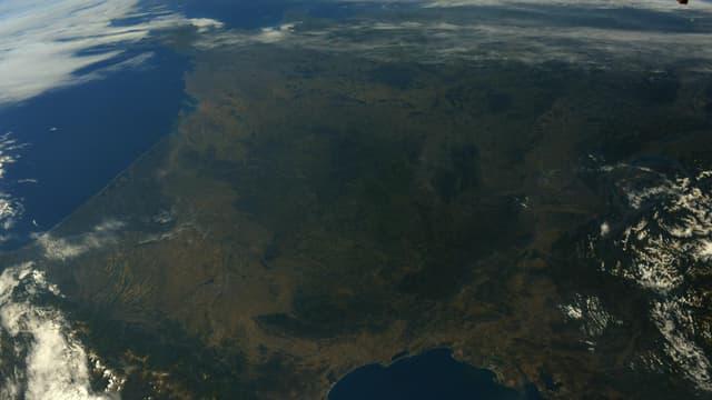 Une photo de la France métropolitaine prise depuis la Station spatiale internationale, partagée par Thomas Pesquet le 14 juillet 2021.