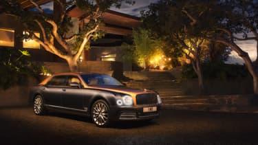 La Mulsanne EWB (extended wheel base) est plus longue de 25 cm à l'arrière pour laisser plus de place encore aux passagers. Parce qu'on peut apparemment être à l'étroit dans une Bentley.