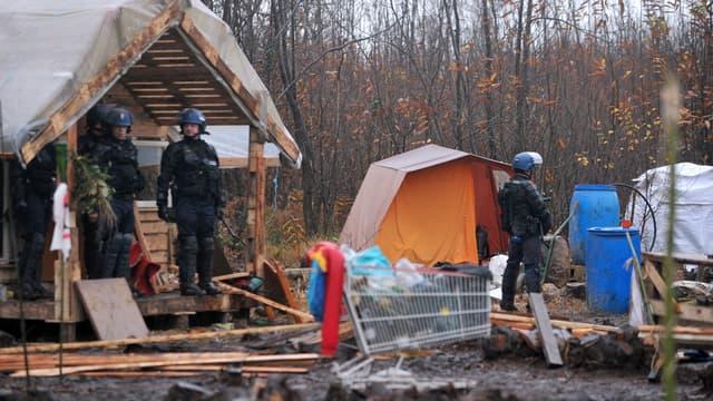 Les forces de l'ordre, dans la zone des cabanes installées par les opposants.