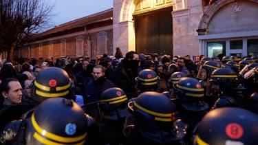 Les forces devant la prison de Fresnes, au matin du 24 janvier.