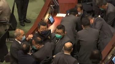 Hong Kong: des députés pro-démocratie expulsés du Parlement lors de débats