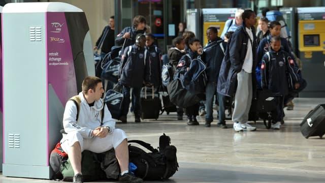 Des milliers de voyageurs se sont retrouvés coincés dans les gares